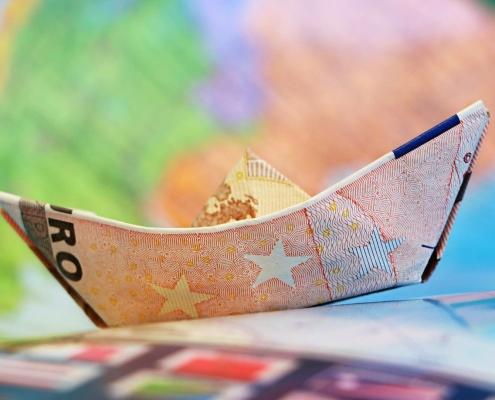 Papierschiff aus Geld